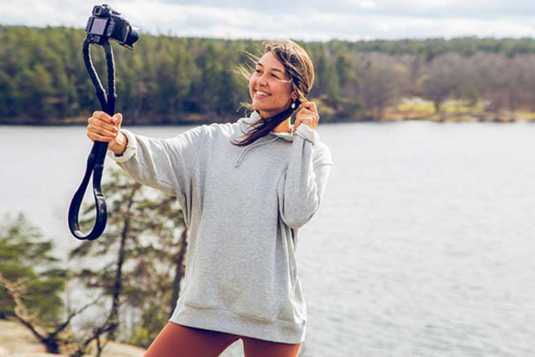 Conda Strap   A Flexible Camera-Carrying Strap That Turns Into a Selfie Stick