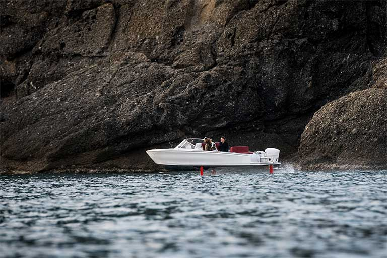 It has a riging range of 50 NM at 22 kn